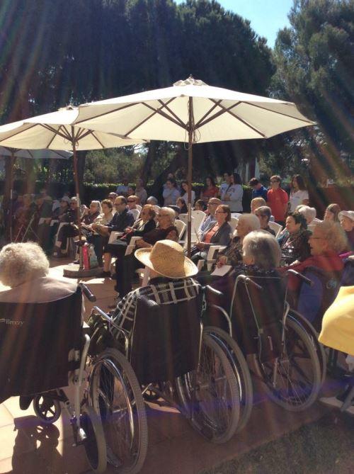 Una panorámica del numeroso público que acudió al acto de celebración de la Diada de Sant Jordi 2015 en la residencia geriátrica El Recer de Castelldefels