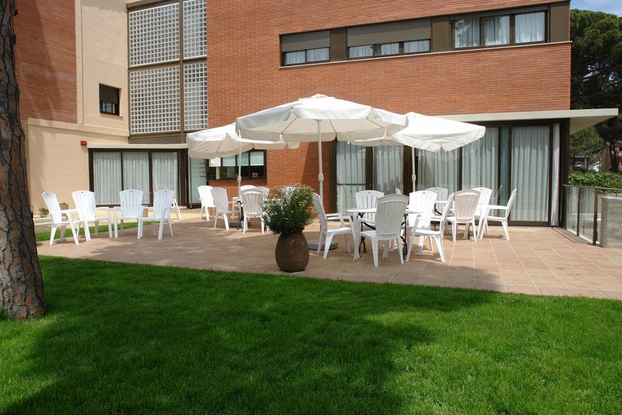 Vista parcial del jardín y de una de las terrazas del centro geriátrico El Recer de Castelldefels