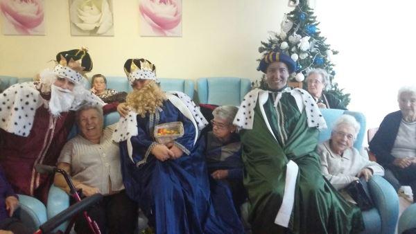 Los Reyes Magos se divierten con nuestros residentes en el amplio salón de la residencia geriátrica El Recer de Castelldefels