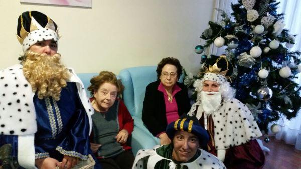 Los Reyes Magos agasajan a los residentes en el centro geriátrico El Recer de Castelldefels