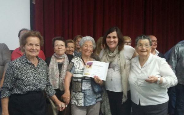 Los residentes El Recer de Castelldefels muestran el diploma obtenido por su postre fusión en el Concurso de Repostería