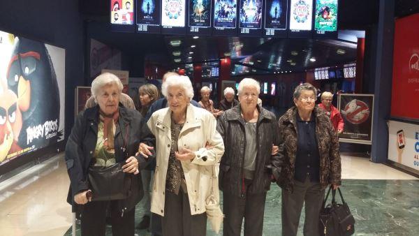 Los residentes del centro geriátrico El Recer de Castelldefels en los Cines Yelmo del complejo comercial Anec Blau