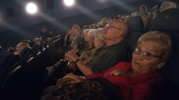 """Los residentes del centro geriátrico El Recer de Castelldefels asistieron al pase de la película """"Ocho apellidos catalanes"""""""