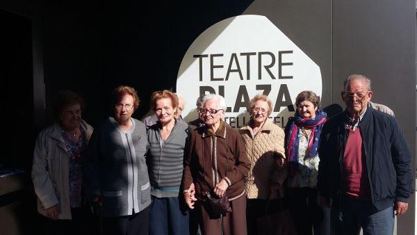 """Los residentes del centro geriátrico El Recer de Castelldefels en la entrada del espectáculo teatral """"Divertimento"""""""