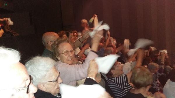 Los residentes del centro El Recer de Castelldefels entre el numeroso público que disfrutó del concierto de habaneras del Teatro Plaza