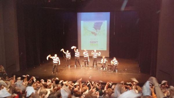 Los residentes del centro El Recer de Castelldefels en el concierto de habaneras del Teatro Plaza