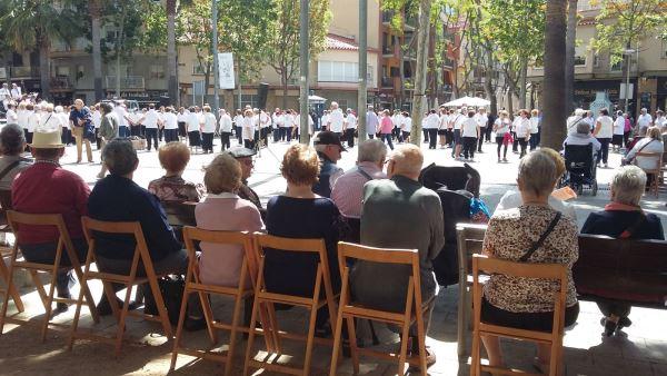 Los residentes del centro geriátrico El Recer en el baile de sardanas con la Cobla Costa Brava en el centro de Castelldefels, en plena Plaza de la Iglesia