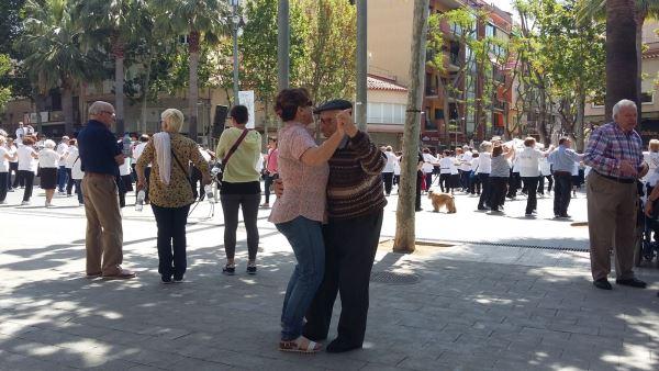 Los residentes del centro geriátrico El Recer en el baile de sardanas con la Cobla Costa Brava en el centro de Castelldefels