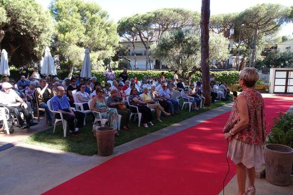 La directora de la residencia El Recer, Anna Gordillo, se dirige al público asistente durante la celebración de la fiesta de San Juan 2016 en los jardines del centro