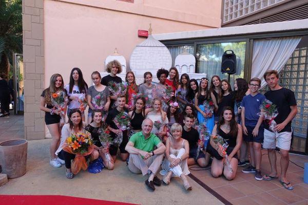 Foto de grupo muy especial: la profesora Estarás y sus alumnos del Liceo Bon Soleil con la directora de El Recer, Anna Gordillo y el doctor Josep Maria Pérez Torró