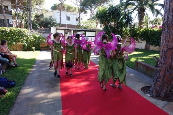 Una panorámica del desfile con residentes y alumnos del colegio Bon Soleil en la celebración de la fiesta de San Juan 2016 en los jardines del centro geriátrico El Recer