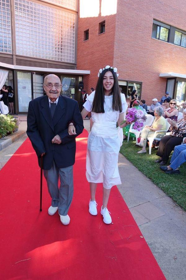 Elegancia y sencillez desfilan del brazo en el desfile de la celebración de la fiesta de San Juan 2016 en los jardines del centro geriátrico El Recer