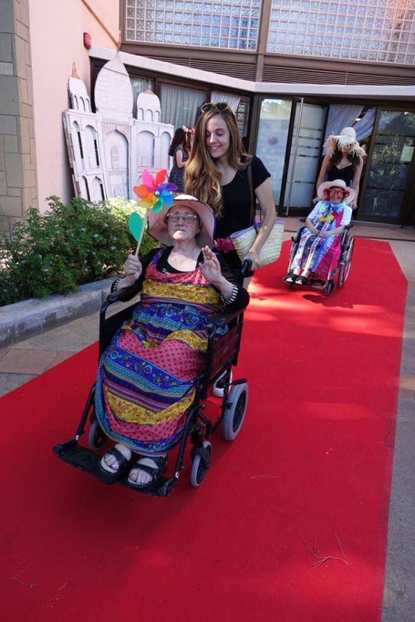 Colorido y dinamismo van de la mano durante el desfile de moda en la celebración de la fiesta de San Juan 2016 en los jardines del centro geriátrico El Recer
