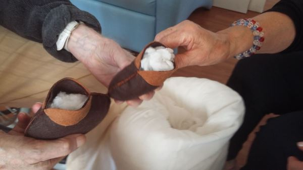 Las manualidades forman parte de la terapia ocupacional con motivo de la celebración de las fiestas señaladas en la residencia geriátrica El Recer de Castelldefels