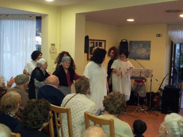 Disfraces y bailes terroríficamente divertidos la fiesta de la Castañada y Halloveen 2015 en la residencia geriatrica El Recer de Castelldefels