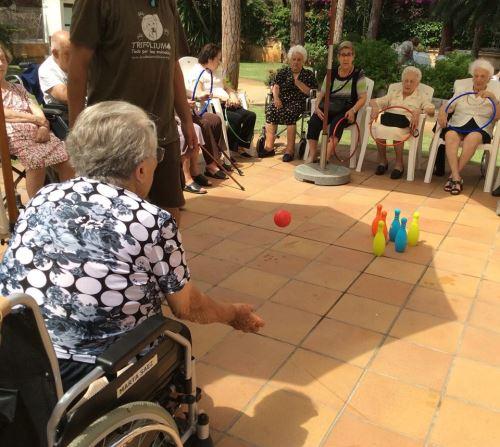 El objetivo de las clases de gimnasia de la residencia El Recer Castelldefels es preservar y estimular que la autonomía y movilidad de los mayores no mermen o se recuperen tras algún decaimiento temporal