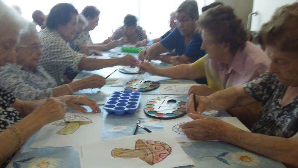 Los residentes de El Recer de Castelldefels en plena terapia ocupacional para preparar el evento de la Castañada y Halloween