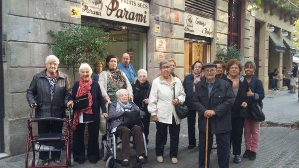 Nuestros residentes y sus acompañantes de la residencia geriátrica El Recer de Castelldefels a las puertas de la tienda Parami a punto de comprar los ingredientes de los panallets