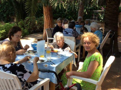 La sardinada tuvo lugar en las terrazas del amplísimo jardín de la residencia geriátrica El Recer de Castelldefels