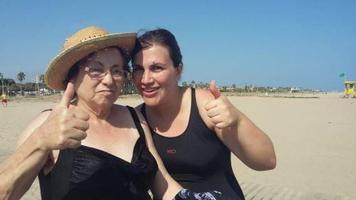 Nuestros residentes disfrutan del sol, la brisa y el baño en la playa de Castelldefels