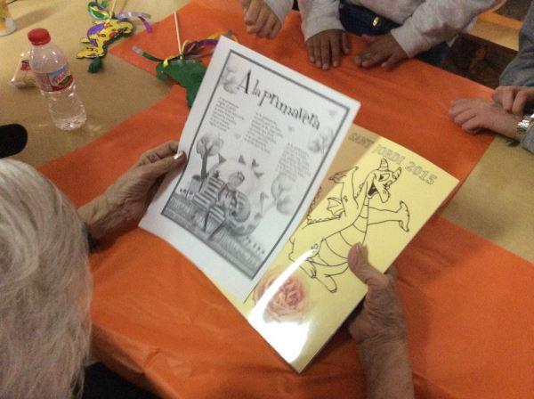 Preparativos para la festividad de San Juan en un taller de manualidades donde colaboran residentes de El Recer