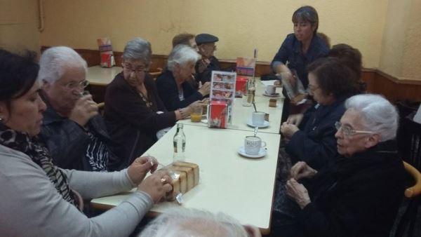 Animada merienda de los residentes del centro geriátrico El Recer de Castelldefels después de la comprar en la tienda Parami