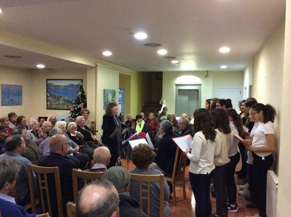 La joven Coral Ventijol, dirigida por Manoli Pujante, intervino en las actividades navideñas de la residencia geriátrica El Recer de Castelldefels