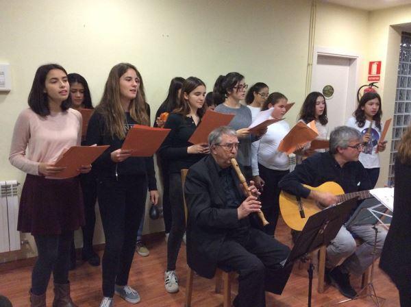 La joven Coral Ventijol, acompañada de flauta y guitarra, interpretó temas navideños en catalán, castellano e inglés en la residencia geriátrica El Recer de Castelldefels