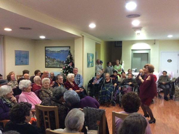 Los Principiantes amenizan con una canción a los residentes de la residencia El Recer de Castelldefels