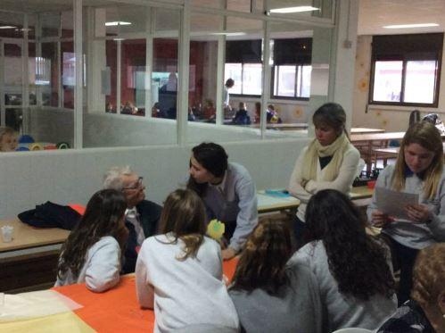 Residentes del centro geriátrico El Recer de Castelldefels con los alumnos del Colegio Bon Soleil en sus instalaciones: comienza la planificación conjunta del día de Sant Jordi