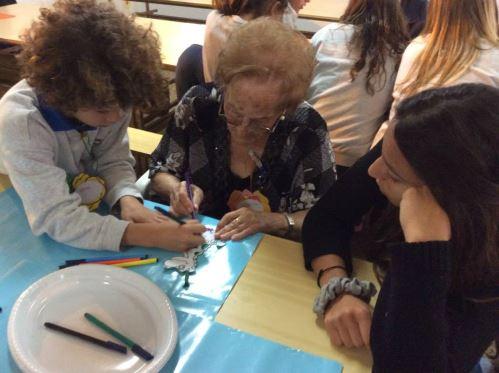 Cada uno de los residentes del centro geriátrico El Recer de Castelldefels se reunió con un grupo de estudiantes del Colegio Bon Soleil en una sesión de trabajo conducida por el profesor de dibujo, Monsieur Pierre