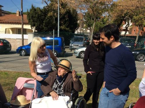 Residentes del centro geriátrico El Recer en la calçotada de la asociación del Barrio de Les Lluminetes departen con Manuel Reyes, alcalde de Castelldefels