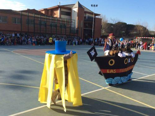 Los alumnos del colegio Bon Soleil exhiben su graciosa inventiva durante el concurso de disfraces ante el jurado compuesto por residentes de El Recer