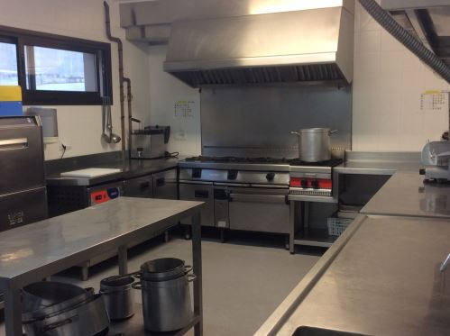 La residencia geriátrica el Recer de Castelldefels cuanta con cocina propia, apta para cubrir todas las necesidades de los residentes tanto permanentes como del Centro de Día