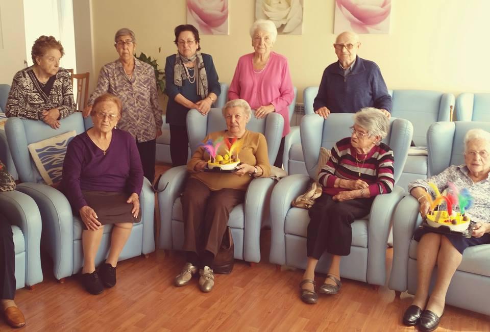 Residentes del centro geriátrico El Recer de Castelldefels disfrutando del lunes de Pascua con la tradicional mona
