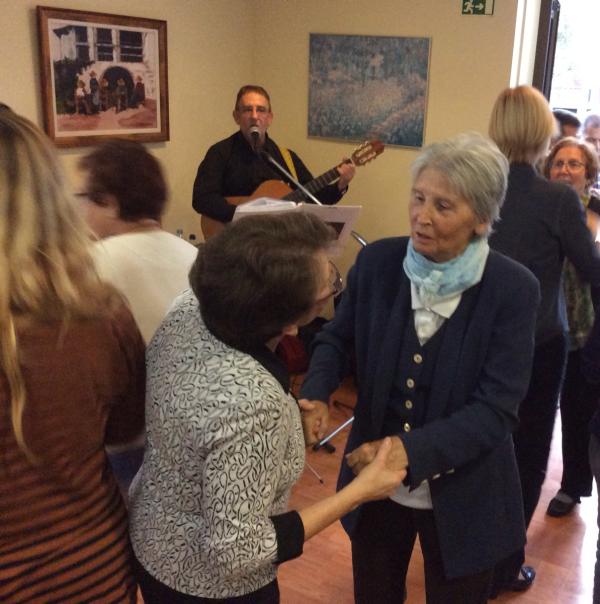El músico Leo amenizó la fiesta de la celebración de Castañada y Halloween en la residencia geriátrica El Recer de Castelldefels