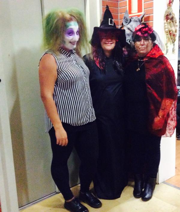 Las brujas buenas asistieron encantadas a la fiesta de la Castañada y Halloween que tuvo lugar en la residencia geriátrica El Recer de Castelldefels