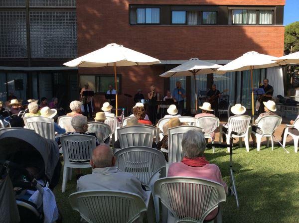 Las condiciones climatológicas fueron excepcionalmente buenas y el evento se pudo celebrar en los amplios jardines de la residencia El Recer de Castelldefels