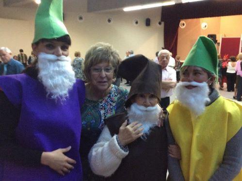 Residentes de El Recer en el concurso de disfraces de la Gent Gran en el centro Frederic Mompou de Castelldefels