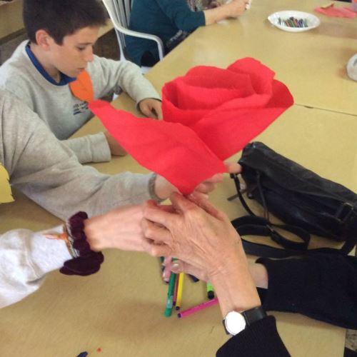 Cada uno de los residentes del centro geriátrico El Recer de Castelldefels se reunió con un grupo de estudiantes del Colegio Bon Soleil para confeccionar una gran rosa en una sesión de trabajo conducida por el profesor de dibujo, Monsieur Pierre