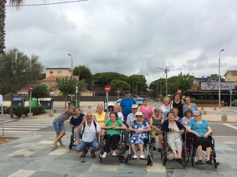 Foto de grupo de la expedición playera de residentes del centro El Recer de Castelldefels (14 de julio de 2017)