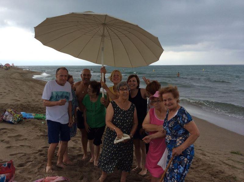 Un momento de diversión a costa de la nubosidad variable del 14 de julio, cuando los residentes de El Recer disfrutaban de la playa de Castelldefels