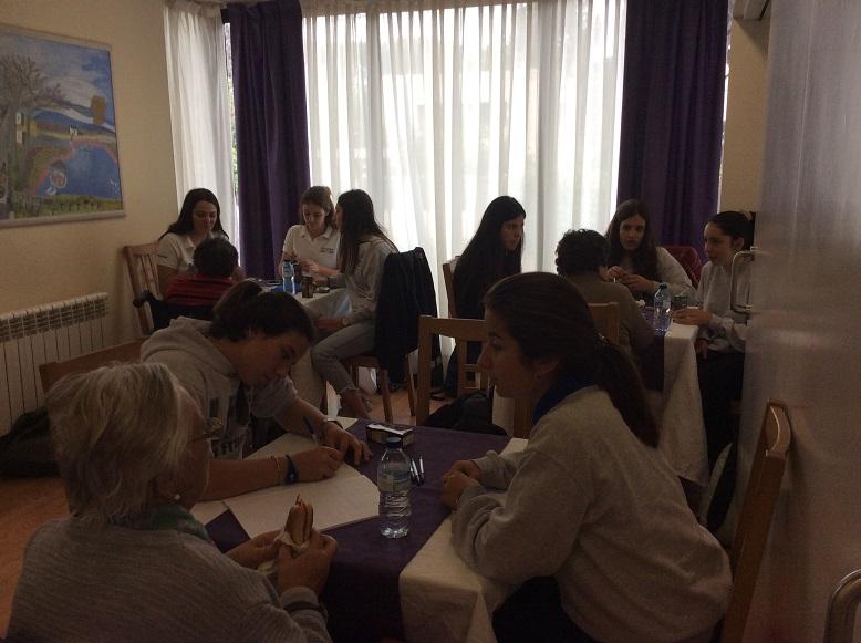 Tertulia de los alumnos del Liceo Francés Bon Soleil con cada uno de los residentes voluntarios en el proyecto de colaboración intergeneracional entre El Recer de Castelldefels y el centro educativo
