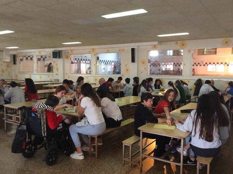 Panorámica de la sesión del proyecto de colaboración intergeneracional que tuvo lugar en el colegio Bon Soleil con los residentes del centro geriátrico El Recer de Castelldefels