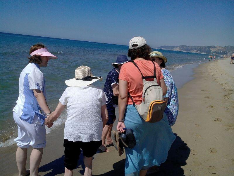 Los residentes del centro geriátrico El Recer de Castelldefels, acompañados por el equipo, gozaron mucho con los paseos por la orilla de mar