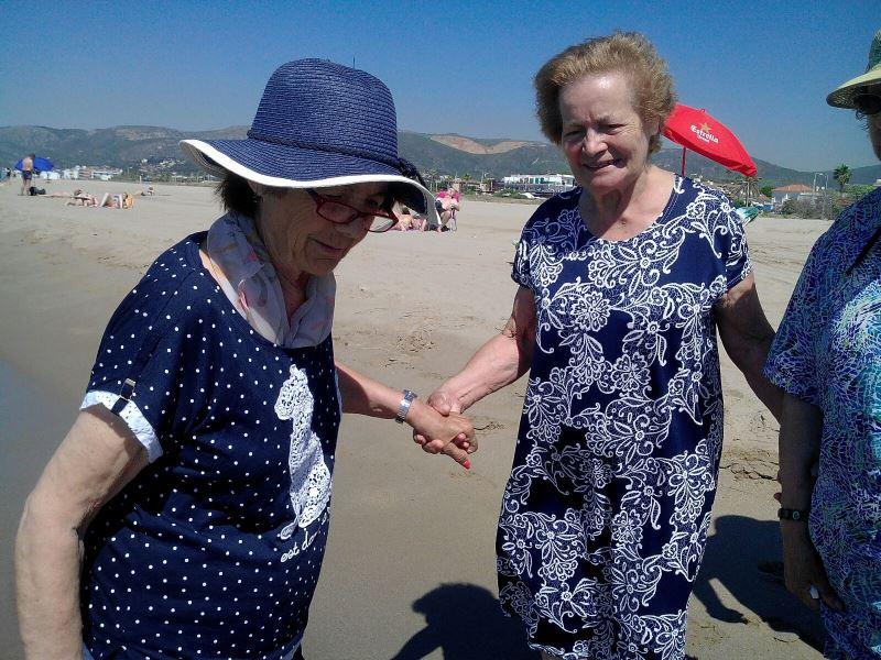 Un fantástico día de playa para los residentes del centro geriátrico El Recer de Castelldefels