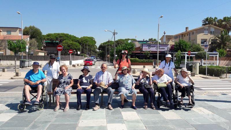 La expedición de la residencia geriátrica El Recer de Castelldefels ya dispuesta a disfrutar del día de playa