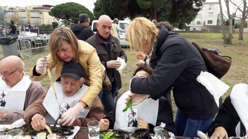 Además de disfrutar del día con sus allegados, los familiares de los residentes del centro geriátrico El Recer de Castelldefels colaboraron generosamente en la mesa