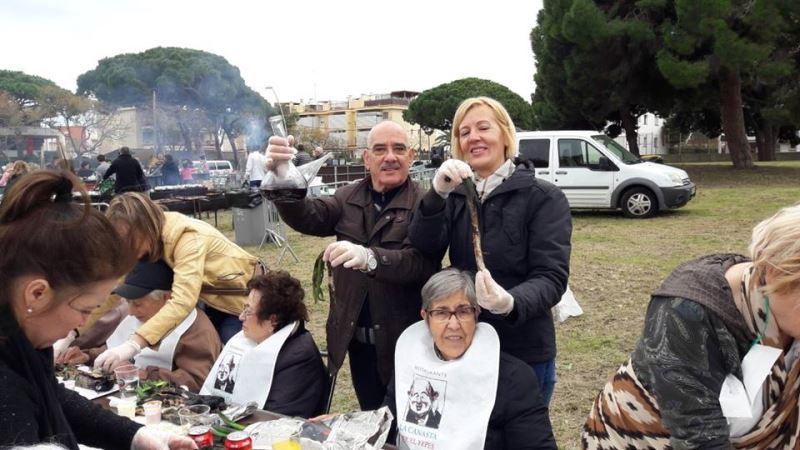 Otra vista de los familiares y mayores de la residencia geriátrica El Recer de Castelldefels degustando la calçotada