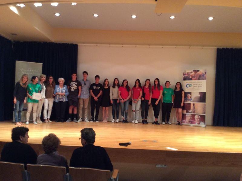 Foto de grupo de alumnos del colegio Bon Soleil, de los invitados y premiados, entre los que se encuentra la señora Mª Teresa Moll en representación la residencia geriátrica El Recer de Castelldefels